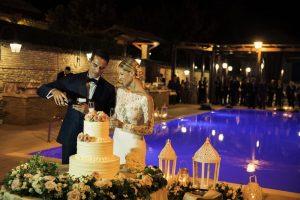 bride groom wedding cake flowers swimming pool Italy